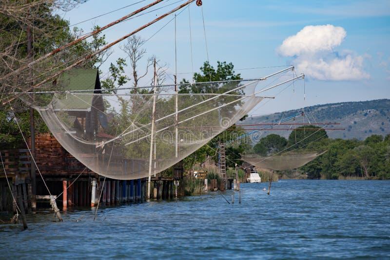 Casa e rete del pescatore sul fiume nel Montenegro fotografie stock