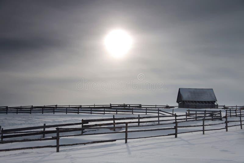 Casa e rete fissa sole nelle montagne fotografia stock libera da diritti
