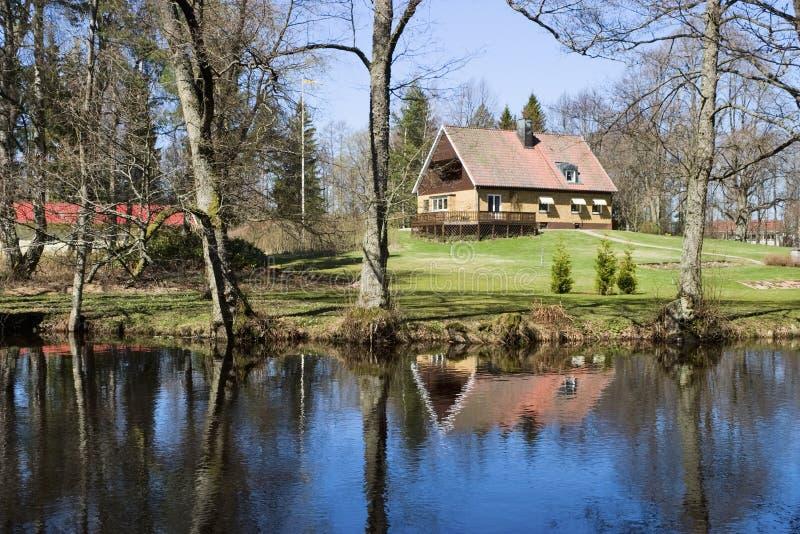 Casa e rio foto de stock