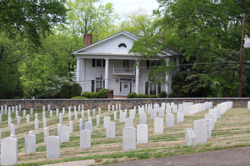 Casa e sepulturas imagem de stock