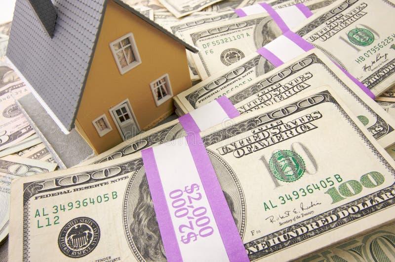 Casa e soldi immagine stock