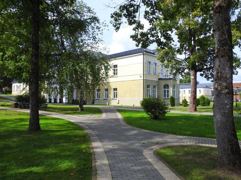 Casa e trajeto amarelos bonitos no parque, Lituânia imagem de stock