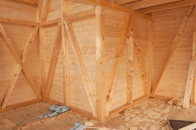 Casa ecológica vacía del solar Trabajo externo sobre el sobre del edificio La estructura de madera de la casa imagenes de archivo