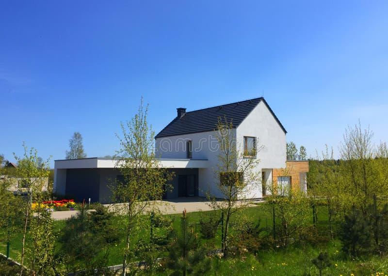 Casa economizzatrice d'energia moderna di eco in Polonia fotografia stock libera da diritti