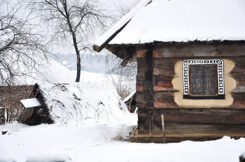 Casa ed iarda di ceppo fotografie stock libere da diritti