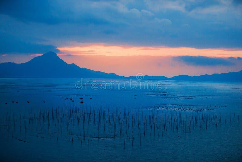 A casa el amanecer del mar imagenes de archivo