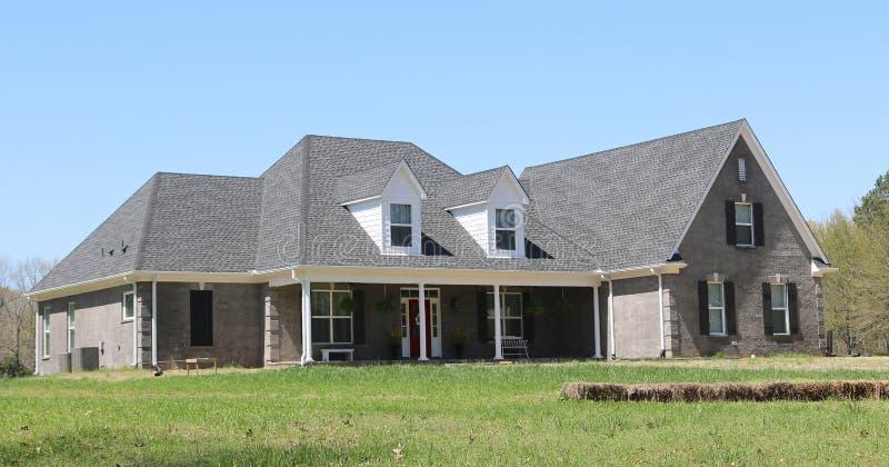 Casa elegante de Gray Stucco Middle Class Suburban fotografia de stock