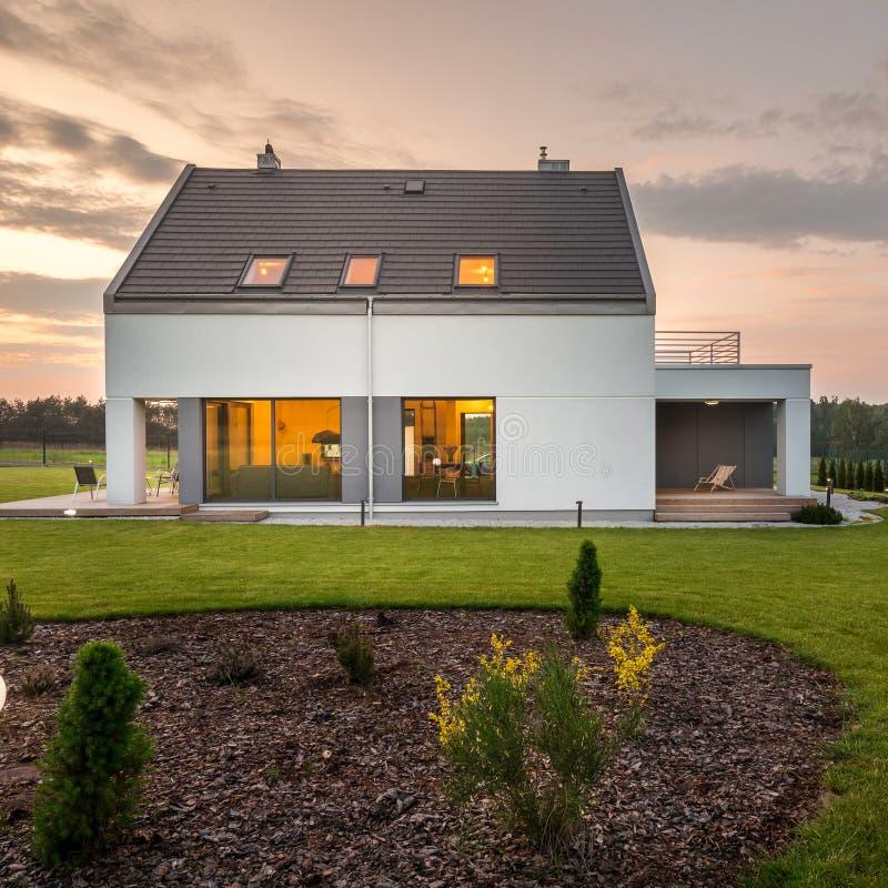 Casa elegante y moderna con el patio trasero fotos de archivo