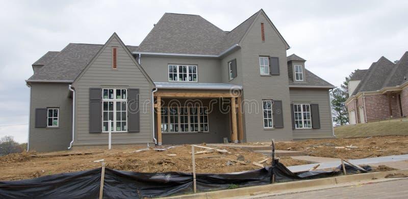 Casa em Gray Under Construction escuro no subúrbio fotografia de stock royalty free