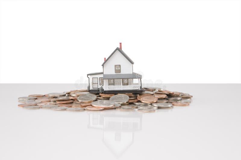 Casa em moedas foto de stock royalty free