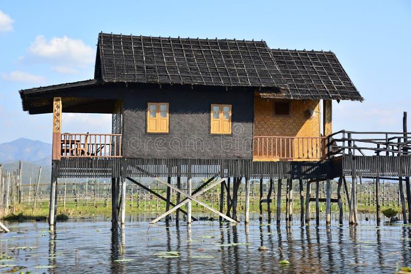 Casa em pernas de pau no lago Inle fotografia de stock royalty free