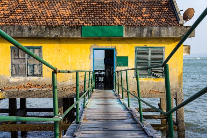 Casa em pernas de pau no mar aberto imagens de stock