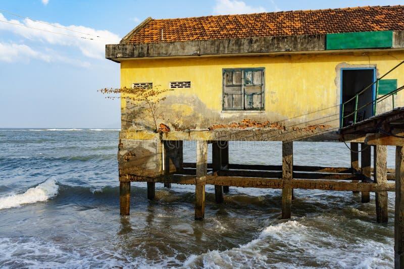 Casa em pernas de pau no mar aberto imagem de stock royalty free