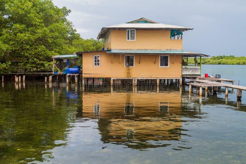 Casa em pernas de pau em uma ilha pequena no arquipélago de Toro do del de Bocas, Pana fotos de stock royalty free
