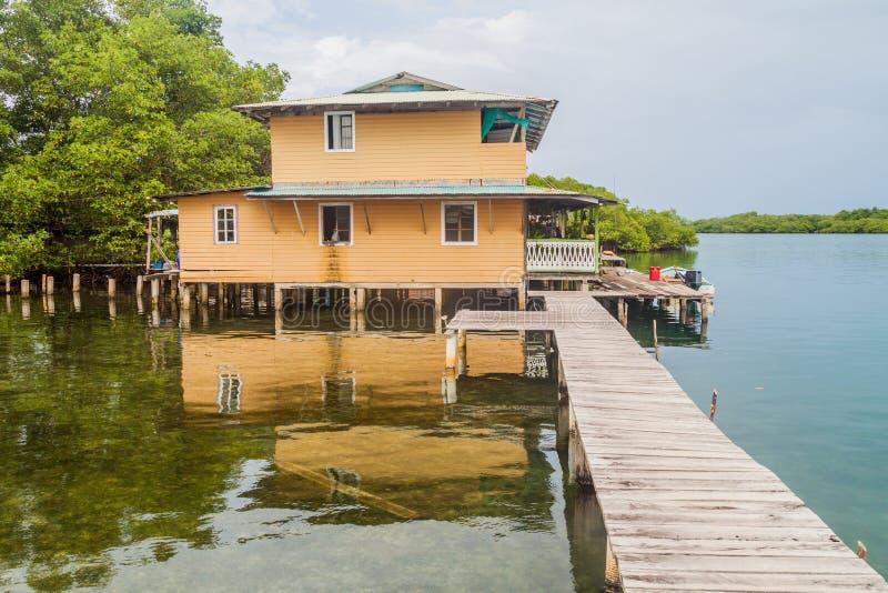 Casa em pernas de pau em uma ilha pequena no arquipélago de Toro do del de Bocas, Pana fotografia de stock royalty free