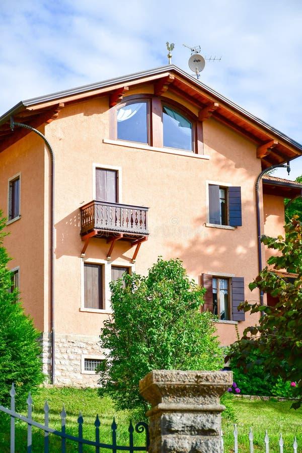 Casa em San Zeno di Montagna, Itália foto de stock