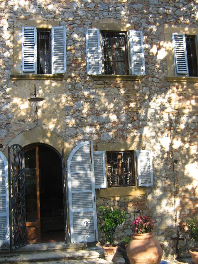 Casa em um campo em Itália imagens de stock