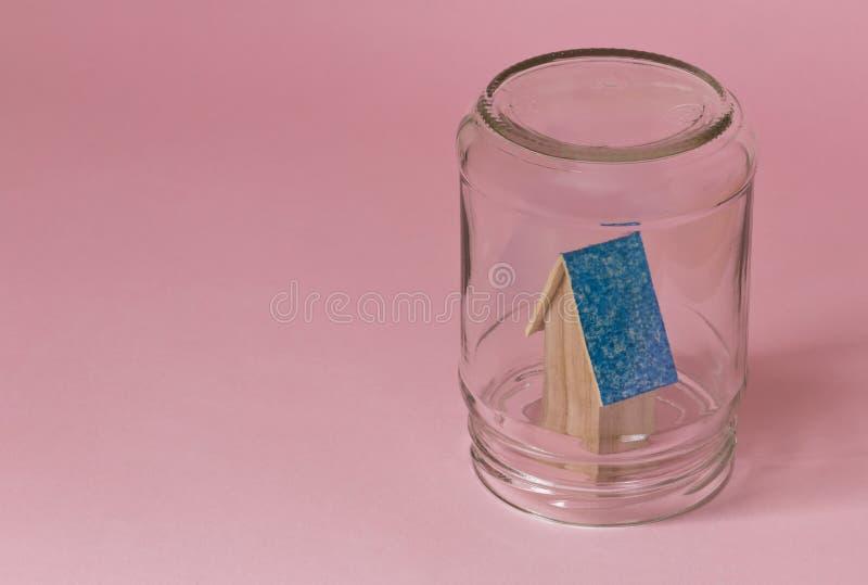 Casa em um frasco protegido na segurança fotos de stock royalty free