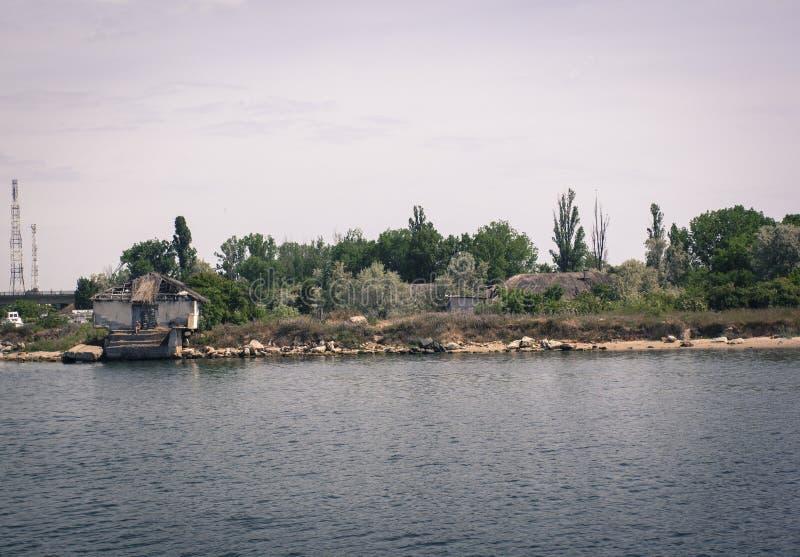 Casa em um lago imagem de stock royalty free