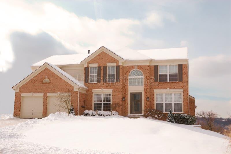 Casa em um monte no frio do inverno imagem de stock royalty free