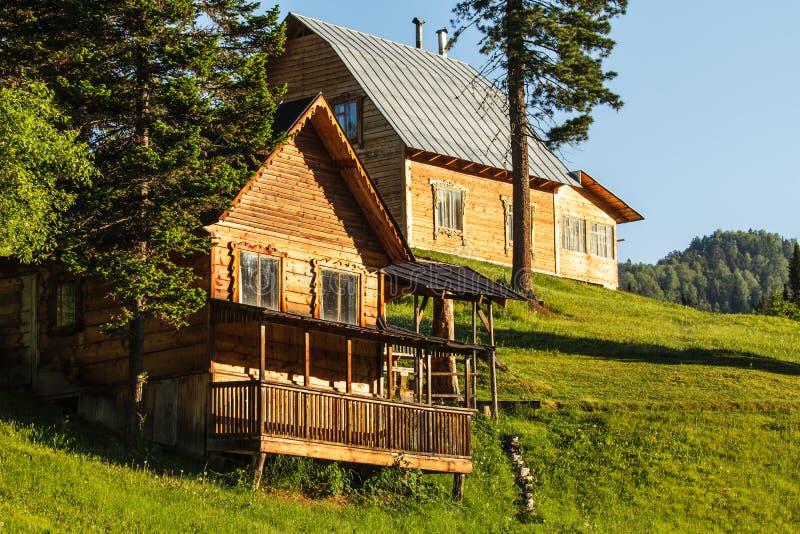 Casa em uma inclinação do monte verde imagens de stock royalty free