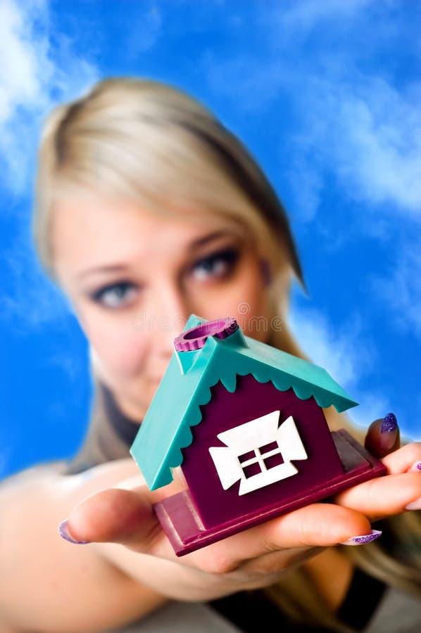 A casa em uma palma foto de stock