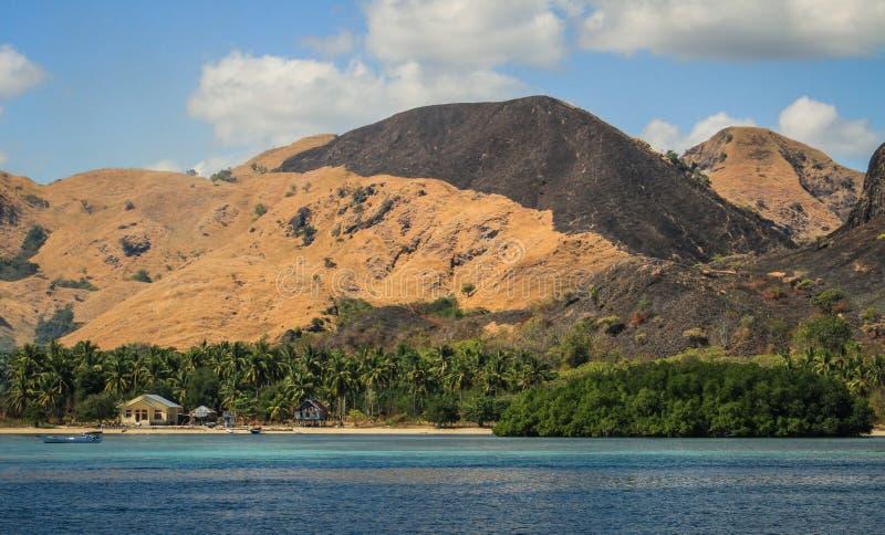 casa em uma praia abandonada, ilhas de Komodo perto de Flores, Indonésia foto de stock