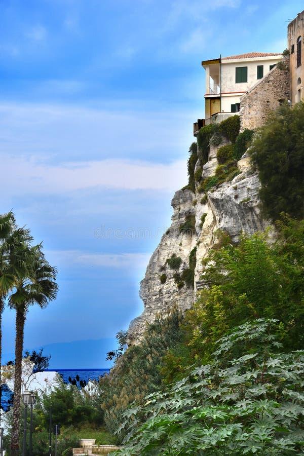 Casa em uma rocha na praia em Tropea, Calabria imagem de stock royalty free