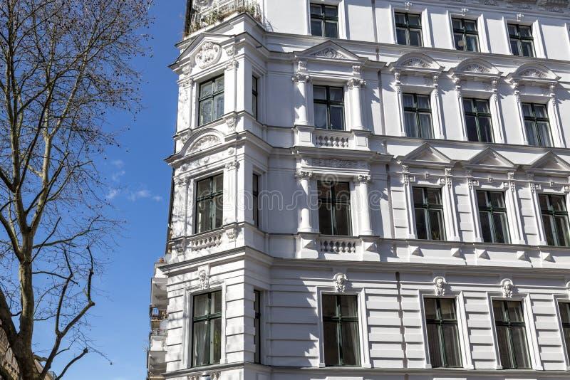 Casa en Berlin Kreuzberg con el cielo azul imágenes de archivo libres de regalías