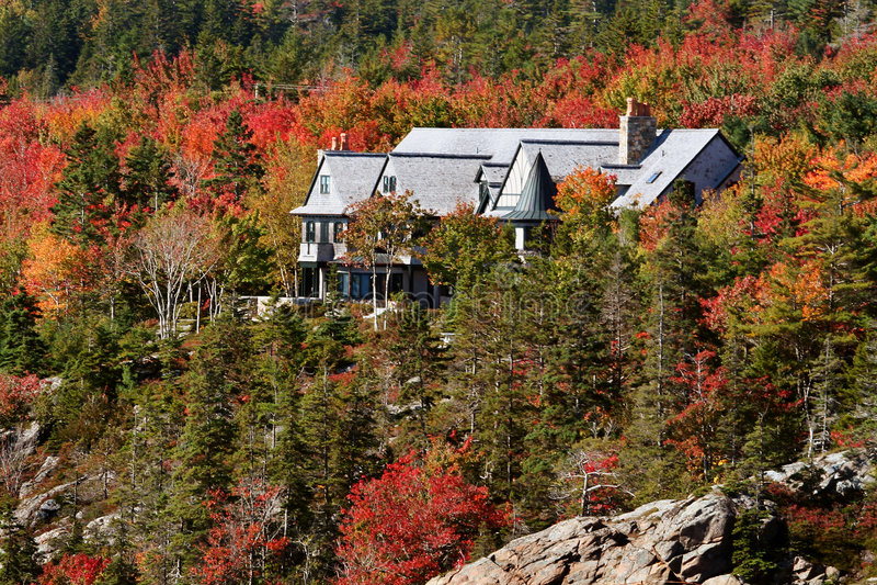 Casa en bosque del otoño   imagen de archivo libre de regalías