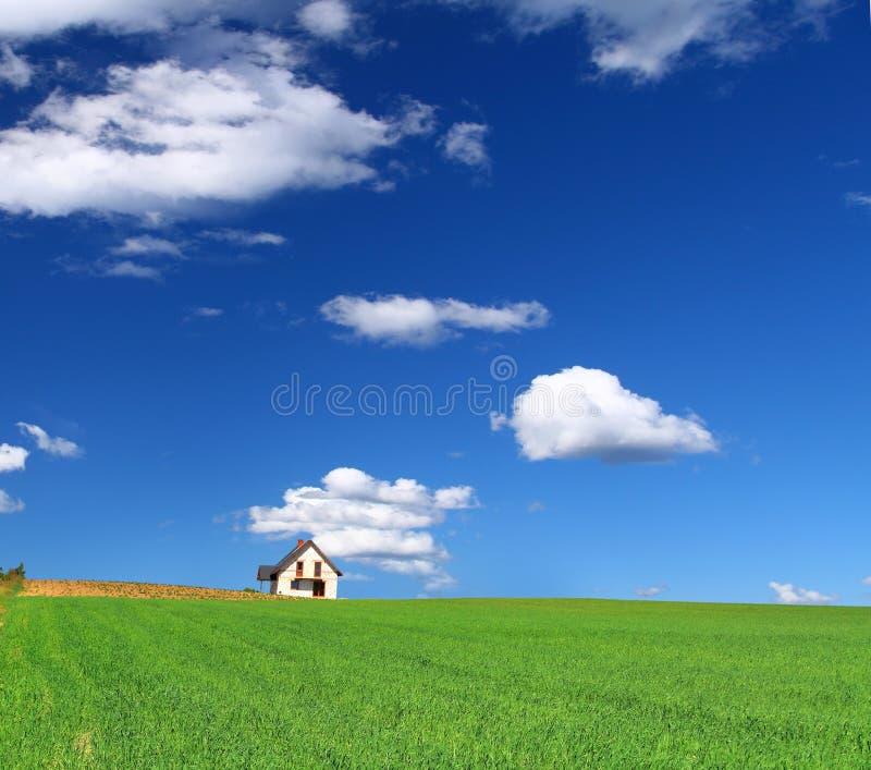 Casa en campo de hierba fotos de archivo libres de regalías