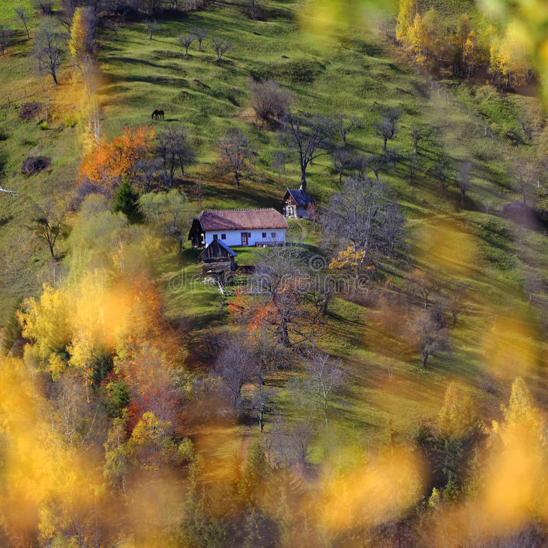 Casa en campo del otoño fotografía de archivo libre de regalías