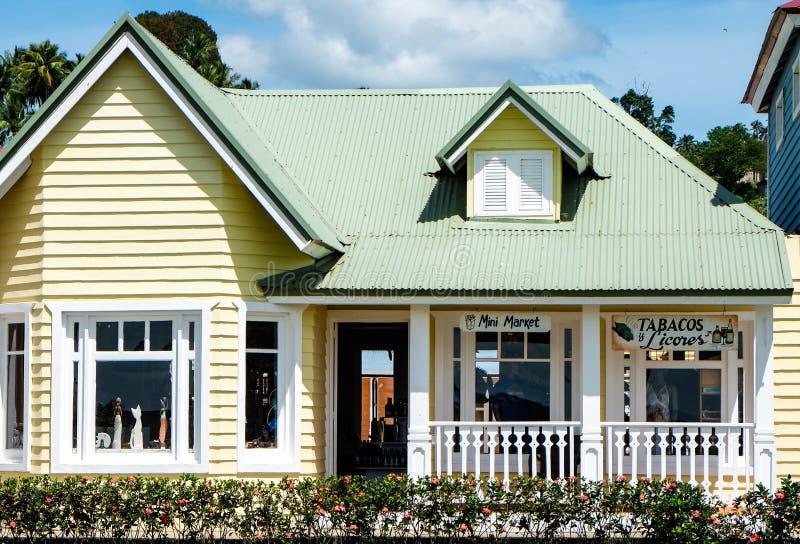 Casa en colores pastel amarilla hermosa en Samana fotografía de archivo