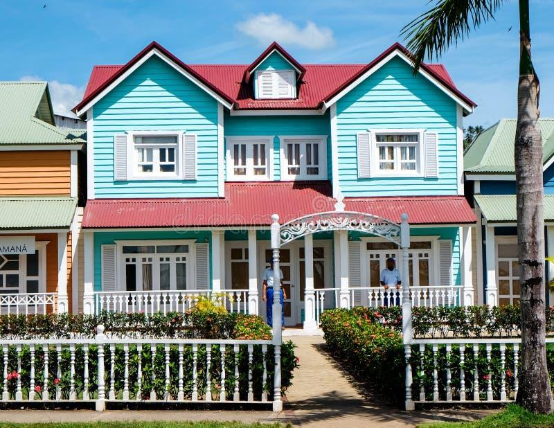 Casa en colores pastel de la turquesa hermosa en Samana fotos de archivo