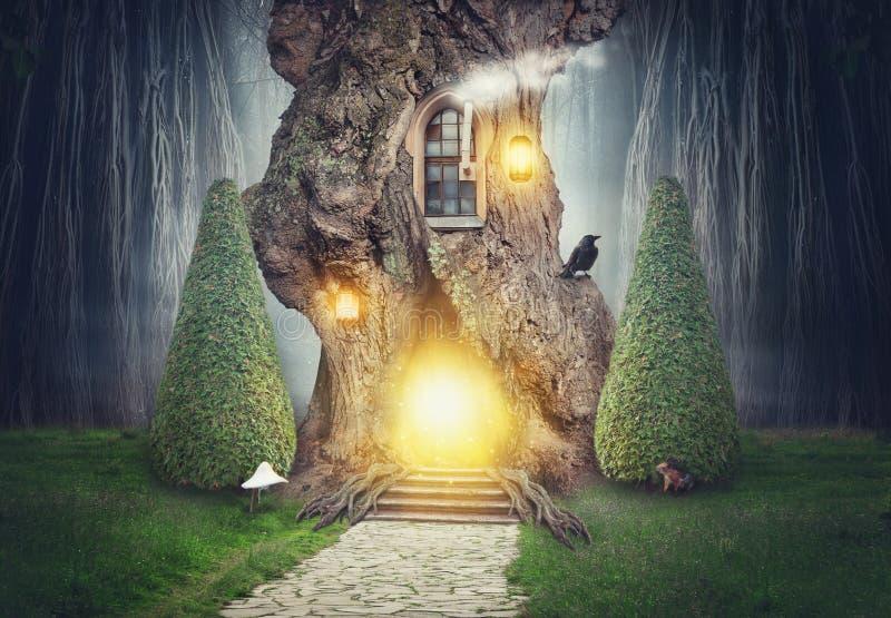 Casa en el árbol de hadas en bosque oscuro de la fantasía ilustración del vector