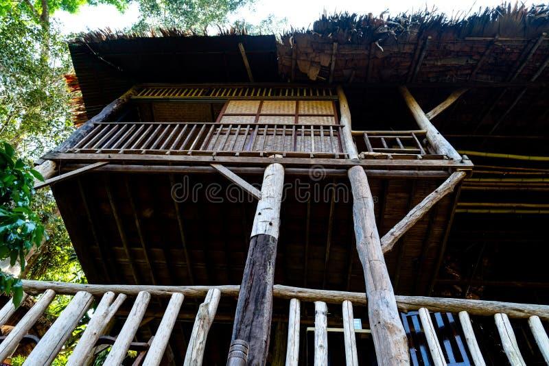 Casa en el árbol de madera hecha de los materiales naturales vistos de abajo fotografía de archivo libre de regalías
