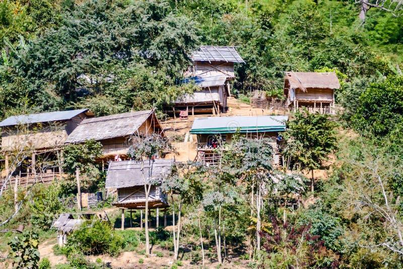 casa en el bosque, imagen digital de la foto como fondo fotos de archivo