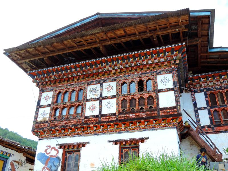 Casa en el camino Chimi Lhakhang, Bhután del pueblo imagen de archivo libre de regalías