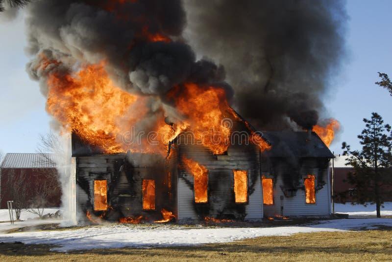 Casa en el fuego fotografía de archivo libre de regalías