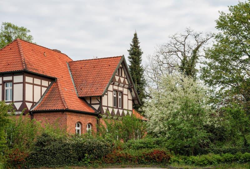 Casa en el jardín foto de archivo libre de regalías