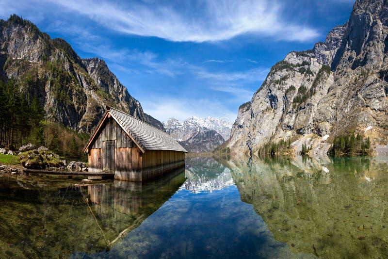 Casa en el lago fotografía de archivo libre de regalías