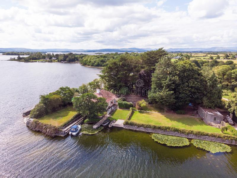 Casa en el lago Corrib, Irlanda imagen de archivo