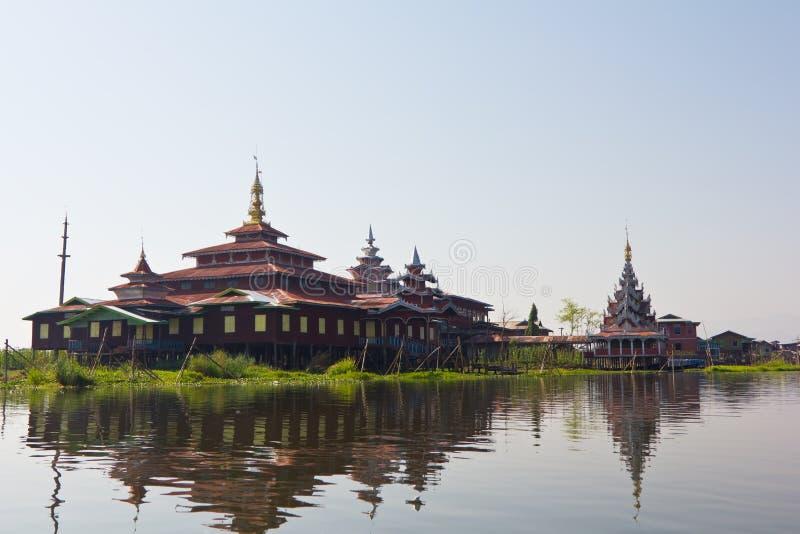 Casa en el lago Ine, Birmania fotos de archivo