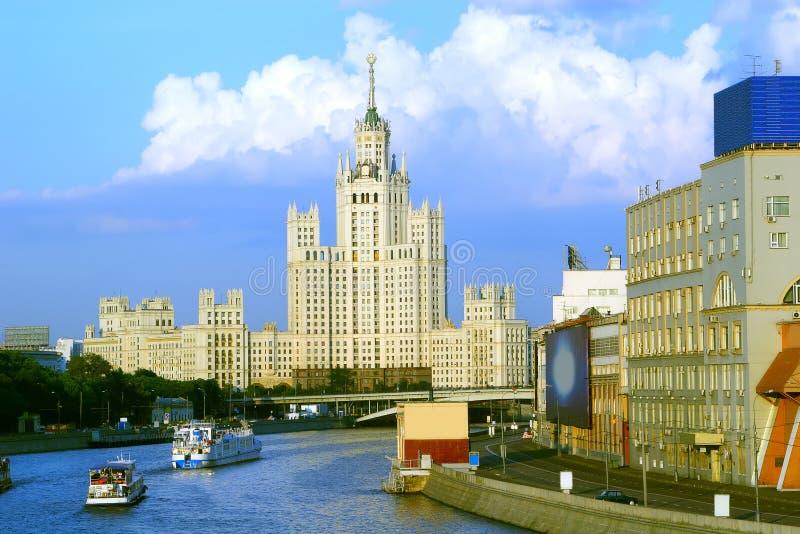 Casa en el muelle de Kotelinicheskaya fotos de archivo