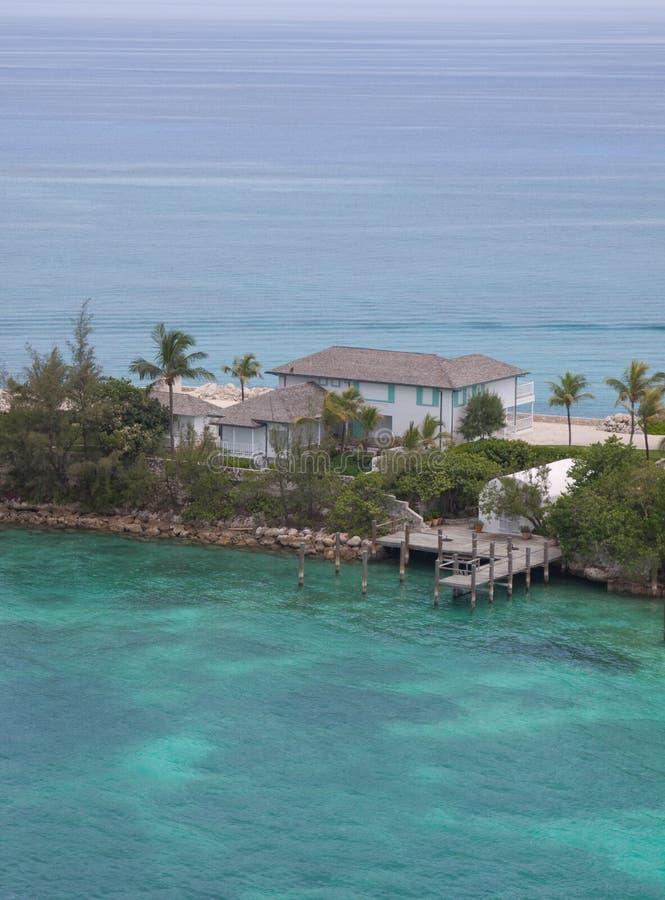 Casa en el océano imagenes de archivo