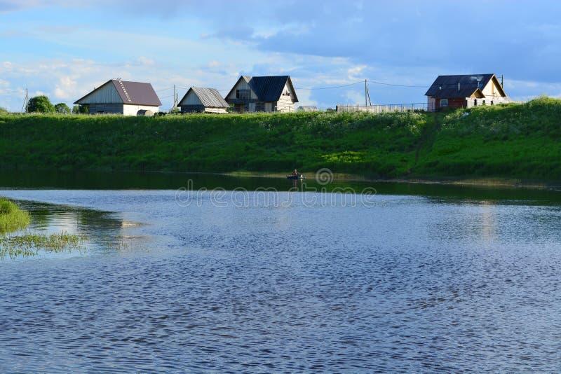 Casa en el río fotografía de archivo