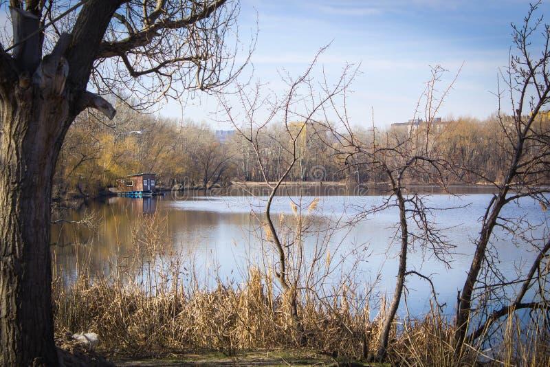 Casa en el río en la bahía imágenes de archivo libres de regalías