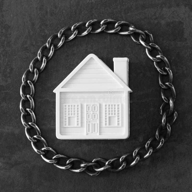 Casa en encadenamientos Concepto - los riesgos, pierden la propiedad, agarran, hipotecan fotos de archivo libres de regalías