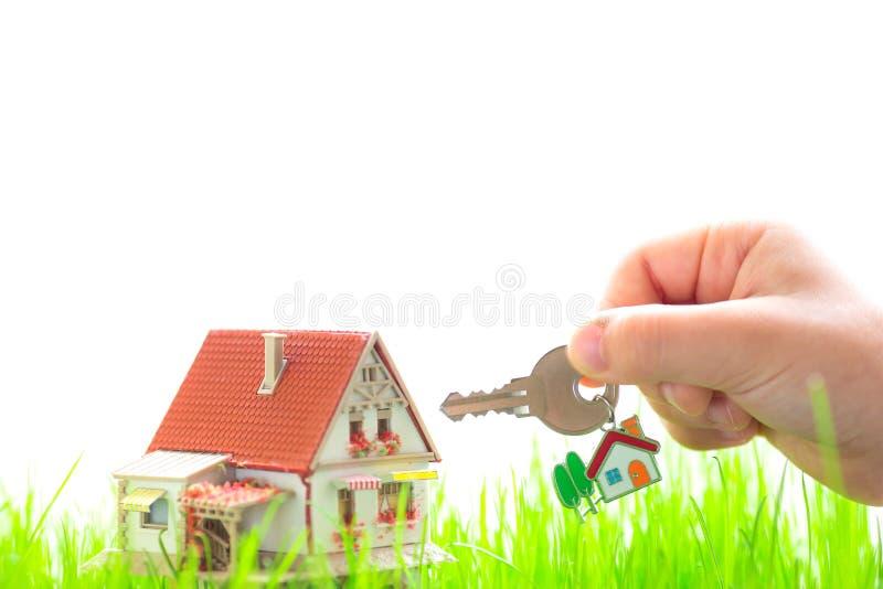 Casa en hierba verde imágenes de archivo libres de regalías