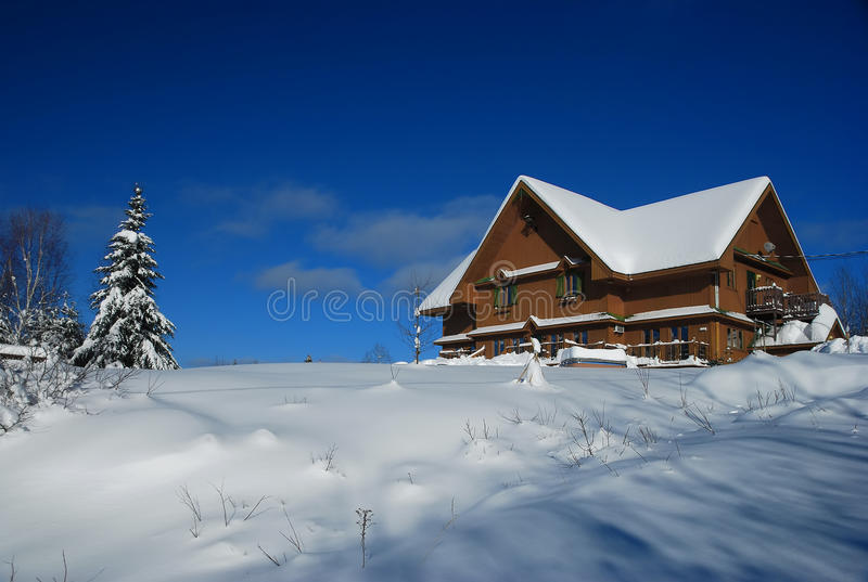 Casa en invierno foto de archivo